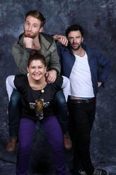 Aidan Turner and Dean O'Gorman with fans <--- BAHAHAA!!!!! I love this girl!  I guess cause Dean'O is so small.