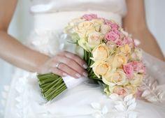 Klassisk brudebukett med roser i fersken og rosa. Rose, Ethnic Recipes, Wedding, Brother, Valentines Day Weddings, Pink, Roses, Weddings, Marriage