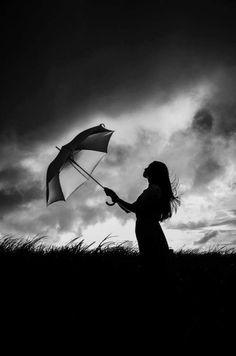 Fotografía viento y paraguas.