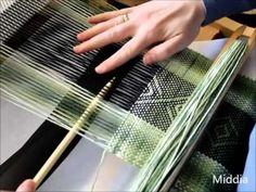 Pokaz tkania na krosnach o sztywnym grzebieniu, z wybieraniem wzoru - Romby. Rigid heddle pattern - Diamonds. Opis do techniki http://www.middia.net/domocred...