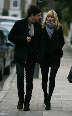 Kate Moss with boyfriend Jamie Hince Celebrity Dresses, Celebrity Style, Estilo Kate Moss, Famous Supermodels, Kate Middleton Hair, Kate Moss Style, Moss Fashion, Queen Kate, Online Dress Shopping