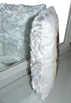 """Vue du coussin """"Noces de diamant"""" avec le verso. Tissu avec fleurs en relief. http://www.valeriehacquin.com/creation-noces-de-diamant-photo-de-maries-brodee-224"""