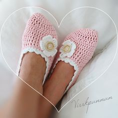 A free crochet pattern of pink slippers. Do you also want to crochet these pink slippers? Read more about the crochet pattern pink slippers Crochet Men, Crochet Slippers, Crochet Gifts, Free Crochet, Cute Slippers, Pink Slippers, Summer Slippers, Crochet Slipper Pattern, Crotchet Patterns
