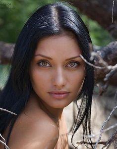 Beautiful / Woman / Clear eyes / Dark hair. eyes - olhos