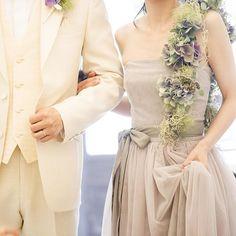 シンプルなドレスには、 個性的なショルダーブーケも相性が良いです。 花嫁自身に1番合うように、 フローリストが花材やサイズ、カラーバランスまで選んでくれますよ❤︎ #結婚式 #メゾンドタカ芦屋 #メゾンドタカ #maisondetaka #maisondetakaashiya #ショルダーブーケ#スパニッシュモス #アンティークアジサイ#グレージュカラー #プレ花嫁 #mariage #weddingdress