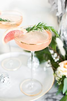 Grapefruit Rosemary Sparkler NYE Cocktail - Craft and Cocktails Ringing in 2019 in style with the Grapefruit Rosemary Sparkler bubbly NYE cocktail, a sparkling bar cart, and customized wine labels! Craft Cocktails, Tonic Cocktails, Cocktails Champagne, Holiday Cocktails, Summer Cocktails, Cocktail Drinks, Cocktail Recipes, Alcoholic Drinks, Nye Recipes