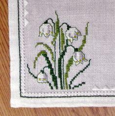 Exellently bien hecho vintage bordado de 1980 cuadrado hecho a mano punto de cruz con motivo de flor de Galanthus, verde y blanco en blanco lino tableta / paño de mesa.  Excelente estado vintage!  Tamaño: 15.35 * 15 / 39 * 38 cm o pulgadas.