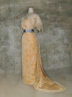 The bodice and the traine are embelished with lace and blue taffeta silk buttons, the belt is made of blue silk taffeta too. 1918 Fashion, Vintage Fashion, Liberty Fashion, Romantic Outfit, Period Outfit, Silk Taffeta, Belle Epoque, Historical Clothing, Beautiful Dresses