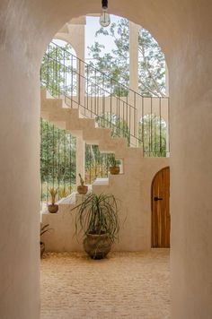 Aménagement d'un patio avec un escalier vers la terrasse dans une villa moderne Modern Interior, Modern Decor, Interior Design, Architecture Unique, Modern Balcony, Minimal Home, Holiday Apartments, Tulum, Villa