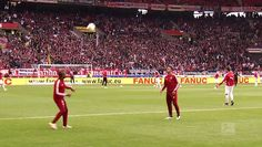 Douglas Costa and Thiago Alcantara really caught the eye when warming up for FC Bayern's meeting with VfB Stuttgart. The two Munich stars entertained the fans with their skills and were clearly enjoying themselves too. Take a look and maybe even have a go yourselves!