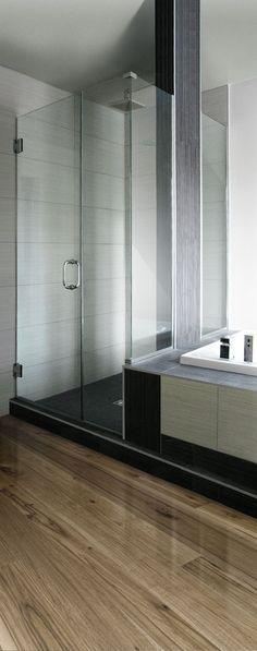 Porte douche dans bain qui s'ouvre complètement