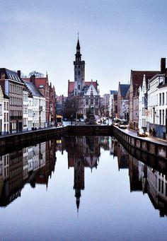 Reflejos sobre los canales de Brujas, Bélgica