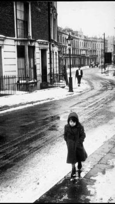 a waif destined to die on the streets of london, 1962 photo by george rodger/magnum photos (re-uploaded with better quality) Vintage London, Old London, Black White Photos, Black And White Photography, Vintage Photographs, Vintage Photos, Milan Kundera, Henri Cartier Bresson, London Street