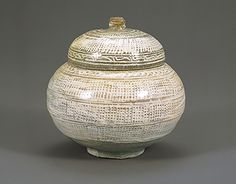 Bun-cheong bowl with lid and a rope curtain pattern. Mid 15th century. Ho-Am Art Museum in South Korea