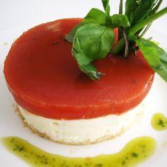 Al pensar en una tarta de queso, nos imaginamos una base de galleta, queso cremoso, mermelada de frambuesa... ¿verdad? Con innovación e imaginación, esta tarta y todos los platos en general, pueden ir más allá (todo es ponerse). Como esta receta tan original, a ver qué os parece