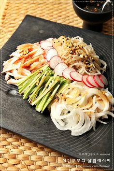 날이 더워지시 시원하고 상큼상큼한게 먹고 싶어 집니다. 오늘은 여름에 먹기 딱 좋은 ^^ 보기에도 제법 화... Teaser, Cafe Food, Korean Food, Salad Dressing, Kimchi, Japchae, Spaghetti, Food And Drink, Cooking Recipes
