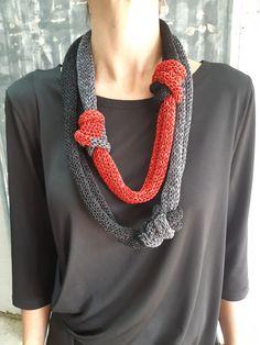 Collana nodi sciarpa unica gioielli tessili collana a Knitted Necklace, Fabric Necklace, Knot Necklace, Knitted Jewelry, Summer Knitting, Knitting Yarn, Hand Knitting, Knitting Sweaters, Tops Boho