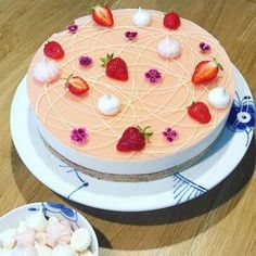 Koldskål cheesecake med rabarber – Cake Passion by Cecilie Fruit Recipes, Sweet Recipes, Cake Recipes, Dessert Recipes, Cakes Plus, Beautiful Desserts, Mousse Cake, Something Sweet, Cupcake Cakes