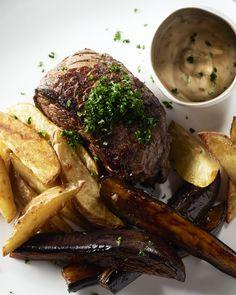 Niet de steak maar de aubergine is de ster van deze maaltijd! De stukjes aubergine worden eerst gemarineerd, dan gebakken en 'gelakt' met de marinade, heerlijk!