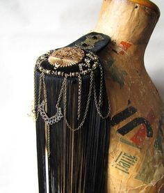 added detail to fringe Costura Diy, Shoulder Jewelry, Vintage Trends, Altered Couture, Diy Costumes, Clown Costumes, Creative Costumes, Military Fashion, Military Style
