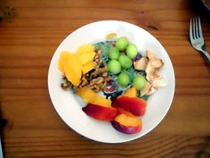 Fruit leftovers: nectarine, grapes, dried apple (way to expensive!), nuts and mango.