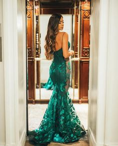 Formanda de medicina! @romananovais escolheu um vestido, verde, sexy e com uma modelagem impecável para usar na sua formatura. Como nos…