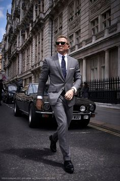 When it comes to the perfect suit, simply checking out Daniel Craig in his James Bond movies is the perfect place to turn to. His suits are always timeless and stylish. Daniel Craig James Bond, Daniel Craig Suit, Daniel Craig Style, Craig Bond, Christopher Nolan, Style James Bond, James Bond Suit, Bond Suits, James Bond Movies