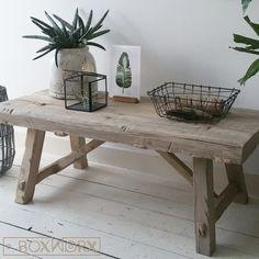 Tafelbankje 'Old Rustic' is een meubel gemaakt van oud, natuurlijk verweerd hout. Dit product leent zich als salontafel, maar ook als bankje. Handgemaakt.
