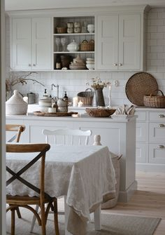 DIY Shabby Kitchen Decor Ideas That Will Add Value To Any Home Do you consider yourself to be an expert in home improvement? Can you tackle some of the biggest and most complex projects in your own home? Try reading these tips to inc Cosy Kitchen, Farmhouse Style Kitchen, Rustic Kitchen, Kitchen Dining, Shabby Chic Kitchen Decor, Kitchen Cupboards, Kitchen Towels, Cozinha Shabby Chic, Cosy Home