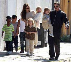 ブラッド・ピットとアンジェリーナ・ジョリー、ピザ屋を貸し切り子どもたちにストレス発散!テーブルに飛び乗り食べ物の投げ合いwww