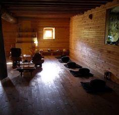 "Bouddhisme Soto Zen. Programme, retraites et zazen, enseignements, photo de Sensei Joshin Luce Bachoux. "" S'asseoir ensemble, zazen ensemble"" à la pleine lune. Et aussi le projet de Sensei Joshin Luce Bachoux: Vieillir ensemble dans le Dharma."