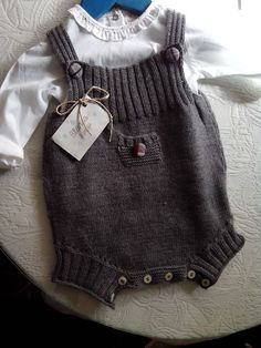 Ranita,  de blancaypunto2013 Knitting For Kids, Crochet For Kids, Baby Knitting, Crochet Baby, Knit Crochet, Knitted Baby Clothes, Baby Pants, Baby Sweaters, Unisex Baby