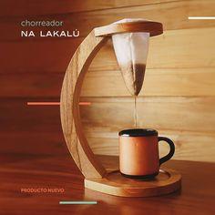 #nalakalu #mueblesnalakalu #innovación #café #chorreador #tradición Coffee Cafe, Coffee Shop, Wood Projects, Woodworking Projects, Coffee Stands, Coffee Accessories, Pour Over Coffee, I Love Coffee, Cafe Design