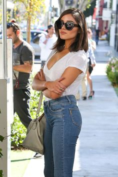 Model Olivia Culpo wore a pair of the PAIGE Hoxton Ankle Jeans in Tenley Raw Hem with a white t-shirt and some brown boots. Buy these amazing jeans here! Short Hair Fashion Outfits, Fashion Dresses, Olivia Culpo Hair, Medium Hair Styles, Short Hair Styles, Hair Medium, Shoulder Length Layered Hair, Summer Outfits, Casual Outfits