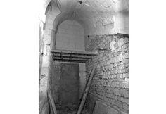 POITIERS - Couvent des Filles de Notre-Dame - Rue de la Marne ( Ex Rue des Hautes-Treilles ). Les Filles de Notre-Dame, religieuses enseignantes s'installent en 1618 dans l'hôtel Jarno Du Pont et après de multiples travaux évolitifs le quitte en 1792. 1798, installation d'une gendarmerie. En 1975, la caserne de gendarmerie fut transférée aux Dunes. En 2005 pose la première pierre du TAP, Inuguration le 4 septembre 2008. Date photo 1981.
