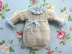 En todas las tallas, en todos los colores. Diy Romper, Baby Girl Jumpsuit, Diy Crafts Knitting, Crochet Baby Jacket, Bebe Baby, Romper Pattern, Knitted Dolls, Diy For Girls, Girl Doll Clothes