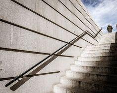 Escalera hacia el cielo . . . #streetphotography #architectures #arquitectura #crisolstreet #proyectobarrios #fb #color #madrid #people #cielo #azul