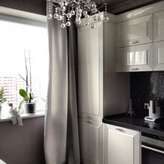 Кухня готова, получилось просто замечательно, не смотря на монохромность   #интерьер #стиль #дизайн #декор #монохромный #кухня #глянец #серый #белый #цвет #мозаика #окно #kashtanovacom #interior #style #decor #design #black #white #window
