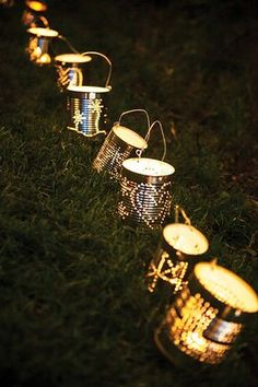 Buitenverlichting in je tuin nodig? Buitenverlichting maak je zelf, bijvoorbeeld met glazen potjes, blikjes of papieren bekertjes.