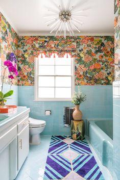 50 Best Small Bathroom Decorating Ideas - Tiny Bathroom Layout & Decor Tips 1950s Bathroom, Vintage Bathrooms, White Bathroom, Small Bathroom, Blue Bathrooms, Eclectic Bathroom, Retro Bathroom Decor, Peach Bathroom, Bathroom Marble