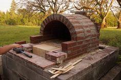 Avoir un four à bois dans son jardin, c'est quand-même sacrément pratique. On peut s'y faire cuire de délicieuses pizza maison l'été, entre amis...mais aussi y faire cure du pain, des broc...