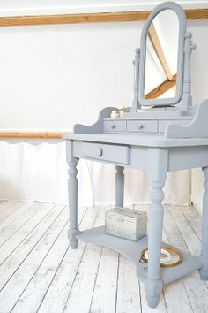 BEDROOM #old #dressingtable #grey #paintingthepast #hamptongrey #attic #whitefloor www.frivole.nl
