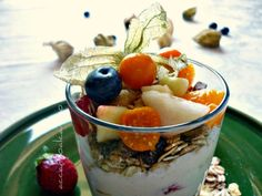 Macedonia con yogurt, müsli alchechengi (Fruit salad with yogurt, muesli alchechengi)