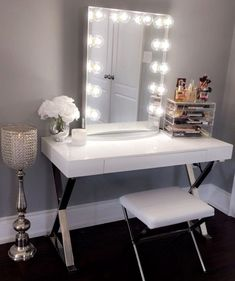 43 Modern Makeup Vanity Ideas You Should Build - Home Design Ideas Modern Makeup Vanity, Ikea Makeup Vanity, Diy Vanity Mirror, Vanity Room, Vanity Ideas, Makeup Vanities, Makeup Vanity In Bedroom, Makeup Vanity Tables, White Vanity Desk