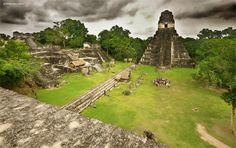 Tikal fue la capital de un estado beligerante que se convirtió en uno de los reinos más poderosos de los antiguos mayas. Aunque la arquitectura monumental del sitio se remonta hasta el siglo IV a. C., Tikal alcanzó su apogeo durante el Período Clásico, entre el 200 y el 900 d. C. Durante este tiempo, la ciudad dominó gran parte de la región maya en el ámbito político, económico y militar, interactuando mientras con otras regiones a lo largo de Mesoamérica, incluso con la gran metrópoli de…