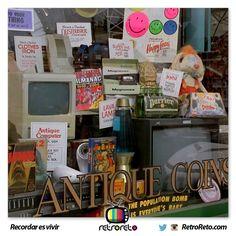 En la tienda de antigüedades que Marty mira en el 2015, podemos ver un muñeco de Roger Rabbit de la película que también fue dirigida por Robert Zemeckis. Un videojuego de tiburón de la consola Nes, el juego de BurgerTime de la consola Atari 2600, una Macintosh de Apple y el almanaque deportivo.