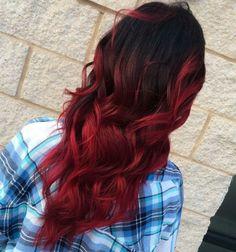 Schwarze Haare mit rot leuchtenden Spitzen