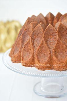 Vanillecake met gecondenseerde melk in de Crown Bundt van Nordic Ware Vanillecake with condensed milk with a golden crust.