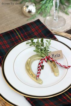 Holiday table with name tags tied onto gold horseshoes