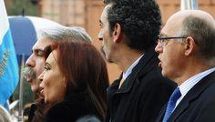 La presidenta Cristina Fernández, el jefe de Gabinete Aníbal Fernández, el ministro del Interior, Florencio Randazzo, y el canciller Héctor Timerman entonan el himno durante la inauguración del nuevo helipuerto presidencial
